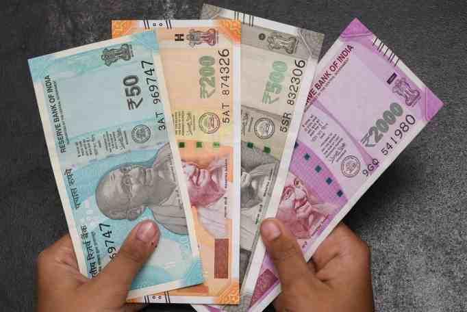 सरकारी कर्मचारियों को बड़ा तोहफाः 1 जुलाई से न्यूनतम वेतन 6950 से बढ़कर 18000 प्रति माह मिलेगा