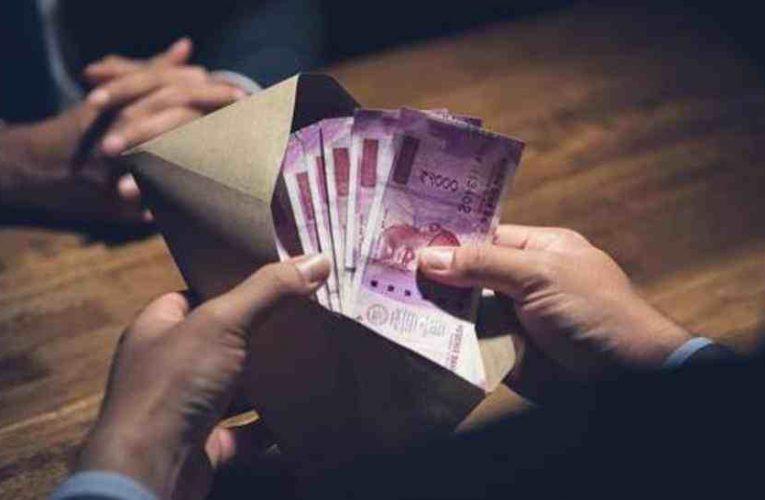 विजीलैंस ने मोहाली में एक लाख रुपए रिश्वत लेते शिक्षा विभाग के कर्मचारी को रंगे हाथ दबोचा